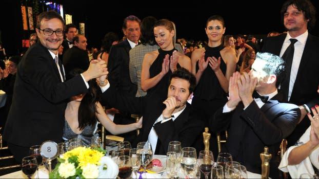 La mesa de El marginal, feliz con sus premios. Foto: Archivo / Prensa Artear