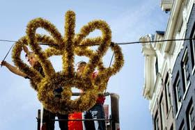 Coronas gigantes, guirnaldas naranjas y banderas holandesas engalanan las calles de la capital