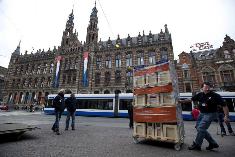 A pocas horas de la entronización del príncipe y su esposa argentina, las calles de Holanda se llenan de souvenirs en homenaje a los nuevos reyes. Foto: EFE