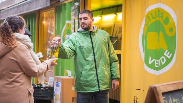 La Ciudad ofrecerá compost y plantas nativas a cambio de botellas de aceite vegetal usado