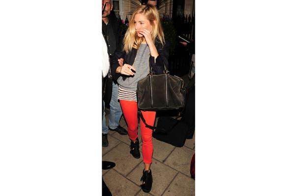 Sienna Miller las combina con jeans colorados, sweater gris y remera a rayas. Foto: Fuente: www.thedailycollage.com