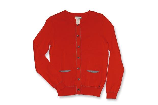 Cárdigan rojo con detalles en gris (Levis, $1090).