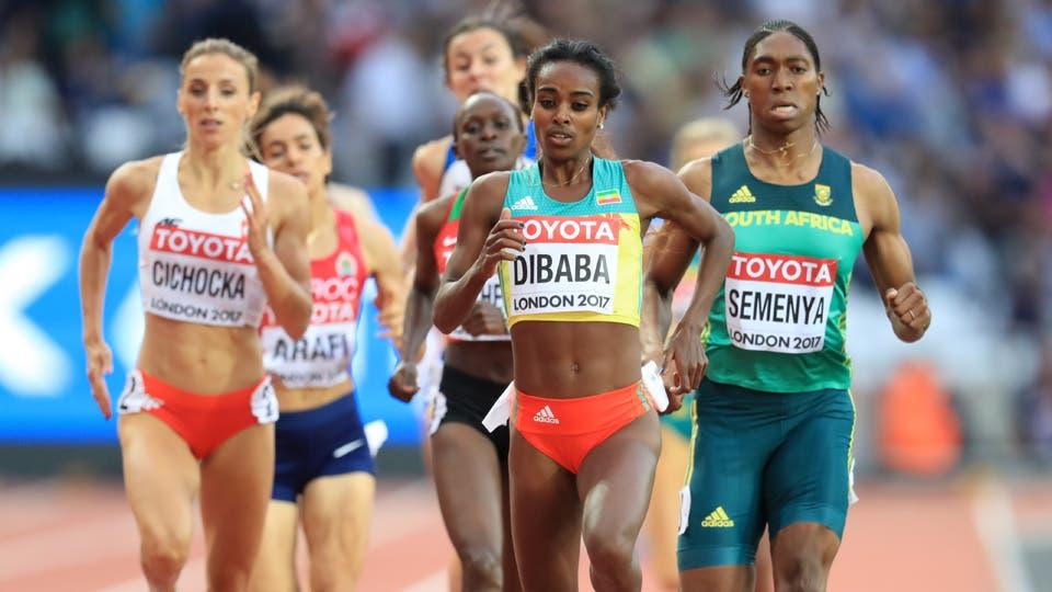 La etíope Genzebe Dibaba (2.der.) y la sudafricana Caster Semenya (der.) el 04/08/2017 durante la semifinal de los 1.500 metros. Foto: Reuters