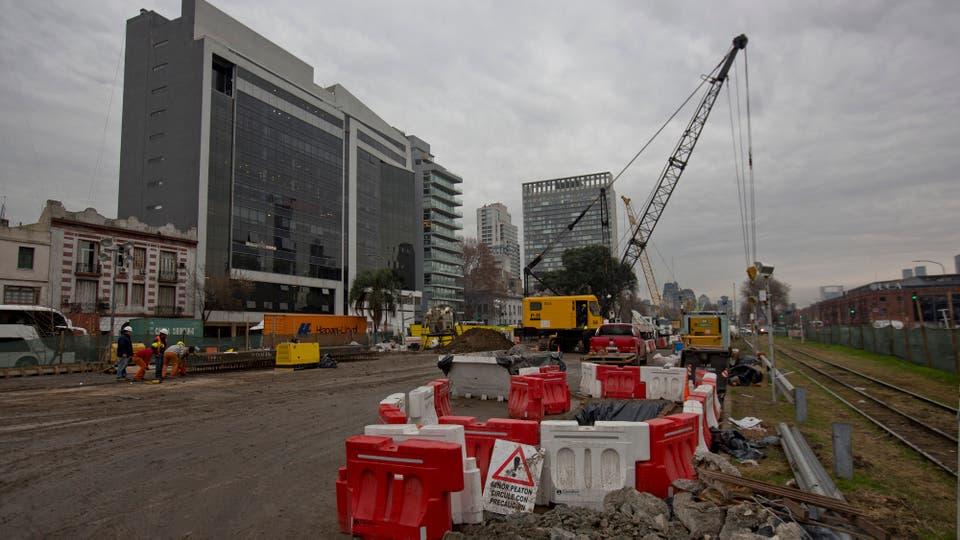 Las primeras tareas para concretar el Paseo del Bajo, en Puerto Madero ya comenzaron. Foto: LA NACION / Fernando Massobrio