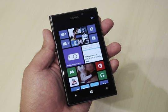 El Lumia 925 es levemente más liviano que el 920, y su mayor foco reside en las prestaciones de su cámara PureView de 8,7 MP.