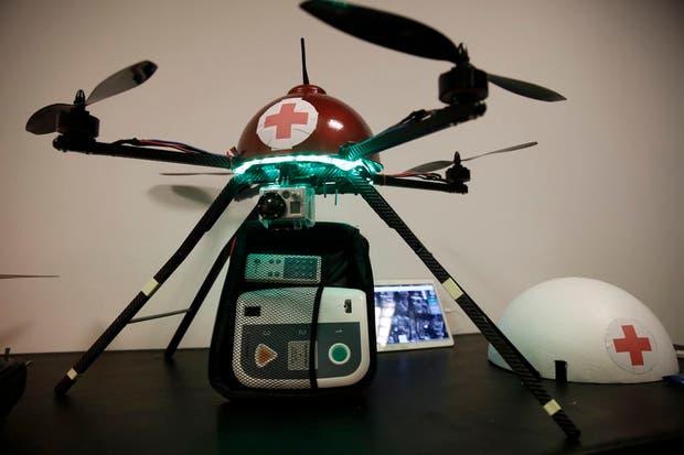 Uno de los drones puede cargar un defibrilador u otro equipamiento médico liviano
