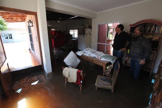 Los vecinos tratan de rescatar sus pertenencias. Foto: LA NACION / Ricardo Pristupluk