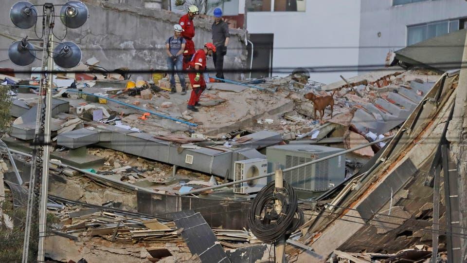 Los barrios más afectados se encuentran sin energía eléctrica, interrumpida por las autoridades para evitar posibles explosiones ya que se reportaban fugas de gas natural, que corre en tuberías subterráneas. Foto: AP