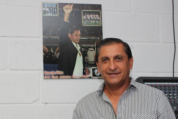 Ramón junto con su poster en la sala de conferencias