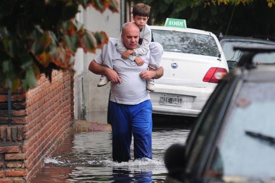 Las fuertes lluvias en la ciudad de La Plata generaron inundaciones y destrozos, hay varios muertos confirmados. Foto: DyN