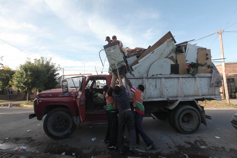 Por la ciudad circulan camiones repletos de basura y muebles que no sirven más. Foto: LA NACION / Santiago Hafford