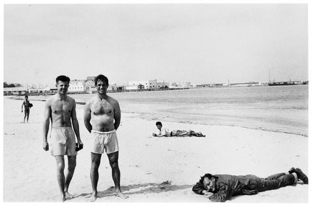 La mítica foto con Peter Orlovsky, Jack Kerouac (parados) y William Burroughs, acostado sobre la arena