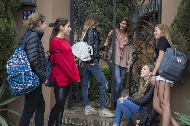 """Vanesa Rivi abre su casa para la """"juntada"""" de su hija Camila (centro) y las amigas"""