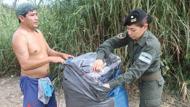 Una oficial de Gendarmería inspecciona una bolsa con posible contrabando en Salta, cerca de la frontera con Bolivia.