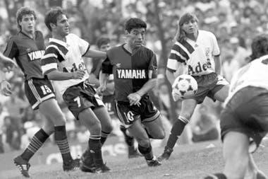 Maradona jugando contra Independiente en Avellaneda: lo marcan Cascini y Arzeno