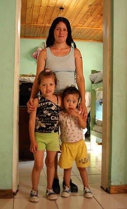 Melina y sus hijas en la casa que habitan en la Isla Maciel