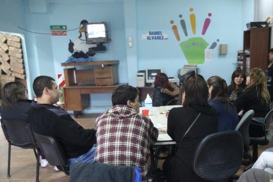 Militantesperonistas de la Unidad Básica de Río Gallegos miran por televisión la despedida de Néstor Kirchner. Foto: LA NACION / Maxie Amena / Enviado especial