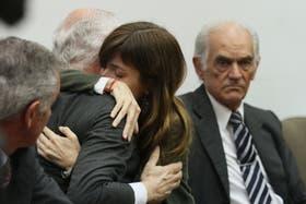 Lucila Frend se abraza a su abogada tras escuchar el veredicto