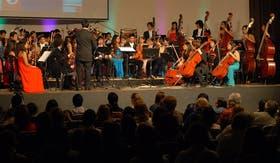 Los primeros conciertos se llevan a cabo en escuelas, centros culturales y hoteles