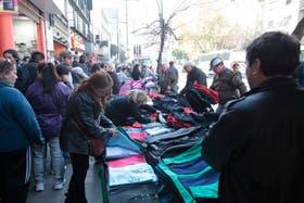 """Un fiscal pide que se investigue a las organizaciones detrás de los """"manteros"""" en lugar de perseguir a los vendedores ambulantes"""