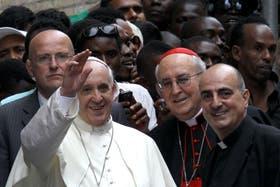 Francisco visitó un centro de refugiados y criticó el uso comercial de los bienes de la Iglesia