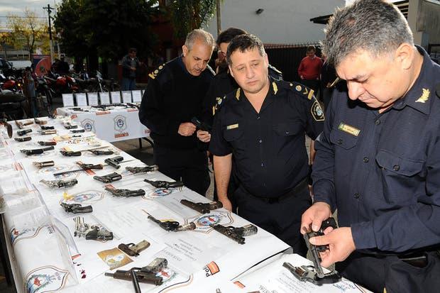 La Policía bonaerense incautó 47 armas en un megaoperativo realizado en la zona oeste del Gran Buenos Aires