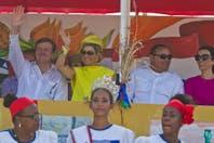 El look total yellow de Máxima de Holanda en su viaje a las Antillas