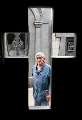 Carlos Viera tiene 70 años. Lleva 54 trabajando en el cementerio de la Recoleta