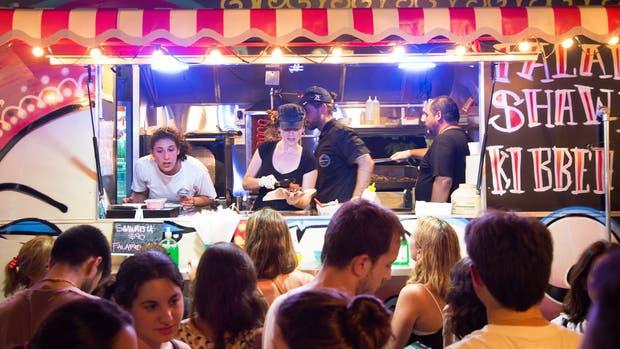 La feria de los food trucks, a pleno, en el Hipódromo de Palermo