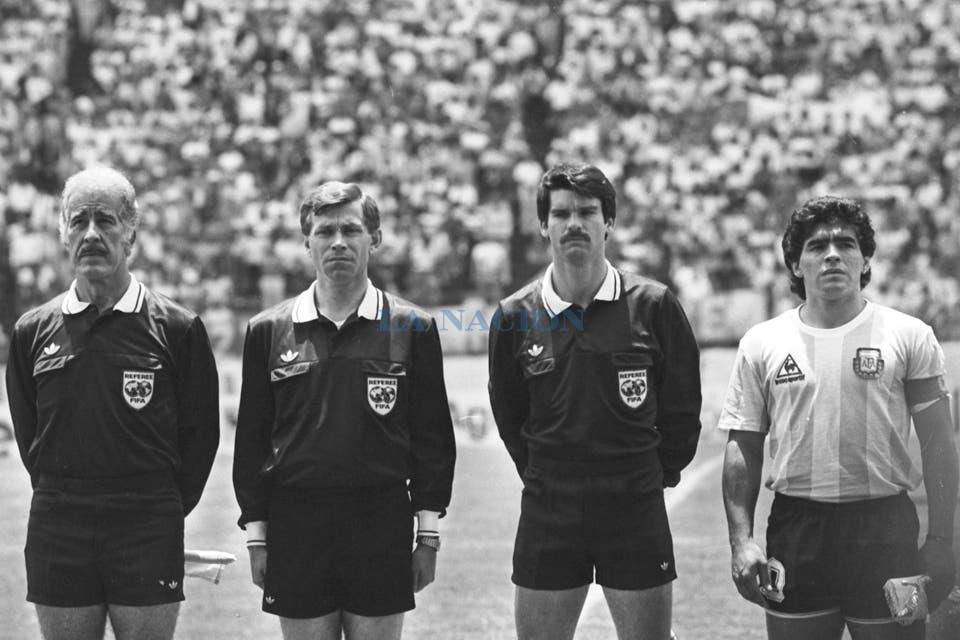 La terna arbitral: Antonio Márquez (México, línea), Jan Keizer (Holanda, árbitro), Alan Snoddy (Irlanda del Norte, línea) y Diego Maradona. Foto: LA NACION / Antonio Montano