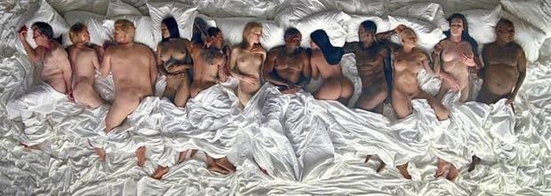 Kanye West y su mujer, Kim Kardashian, rodeados de esculturas de celebrities desnudas
