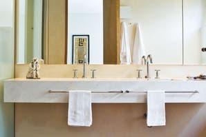 Baño + vestidor: espacios luminosos y bien aprovechados