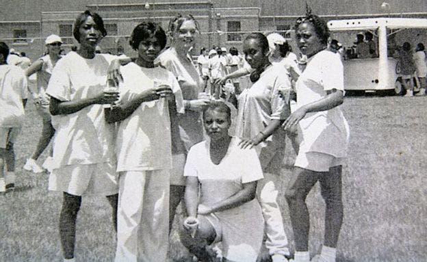 Angela, tercera desde la izquierda, se hizo amiga de un grupo de mujeres jamaiquinas en la cárcel