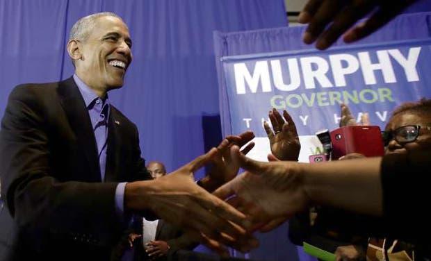 Obama saluda a sus simpatizantes a la llegada del acto en Nueva Jersey