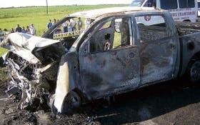 Ayer, en la ruta 11, en Santa Fe, la camioneta Toyota se incendió tras chocar de frente con un VW Gol; en la colisión murieron cinco personas
