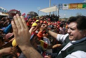 Alan García saluda a los trabajadores en la ciudad de Inapari, al inaugurar un tramo de la ruta interoceánica, el miércoles último