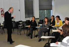 El licenciado Andrés Sánchez Bodas, durante una clase de counseling