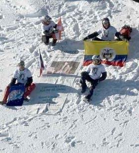 Los alpinistas posaron junto al retrato sobre la nieve del Mont Blanc