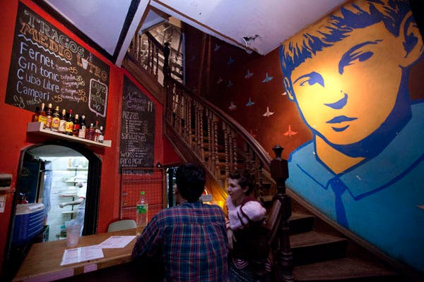 En este bar podés disfrutar de buena música, arte y conocer gente nueva. Foto: OHLALÁ! /Matias Aimar