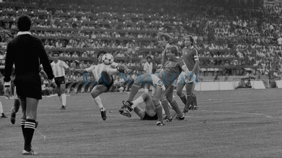16-6-1982: contra Hungría, el día de su primer gol en un Mundial.. Foto: LA NACION