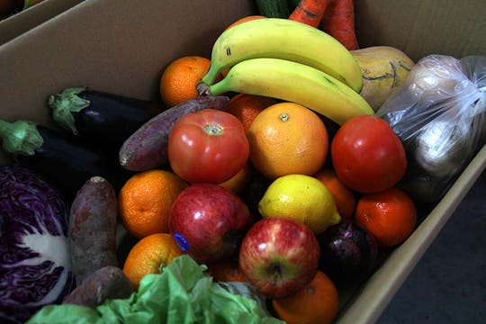 El emprendimiento familiar ofrece una canasta de entre 10 y 12  kilos de frutas, verduras y hortalizas, a $50. Foto: LA NACION / Matías Aimar