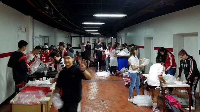 Los hinchas de River trabajan en el anillo del club para preparar el recibimiento