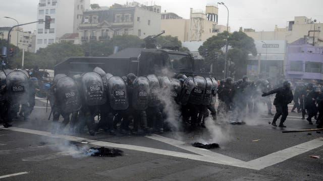 La policía utilizó camiones hidrantes y gas lacrimógeno para desalojar la avenida 9 de Julio