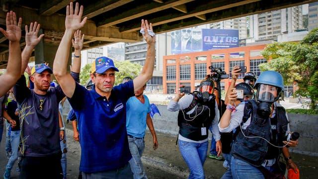 El líder de la oposición, Capriles, participando de la marcha. Foto: Reuters / Marcelo Bello