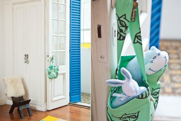 Al cuarto se ingresa por una puerta antigua con postigones pintados de azul eléctrico, que le dan mucha personalidad. Los ventanales con vidrios tonalizados filtran luces de colores.  /Magalí Saberian