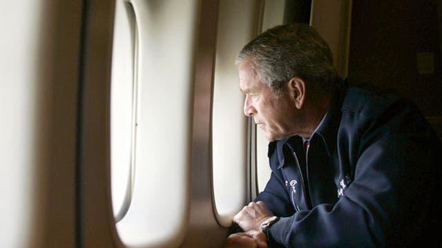 George W. Bush mira la destrucción de Katrina desde el avión