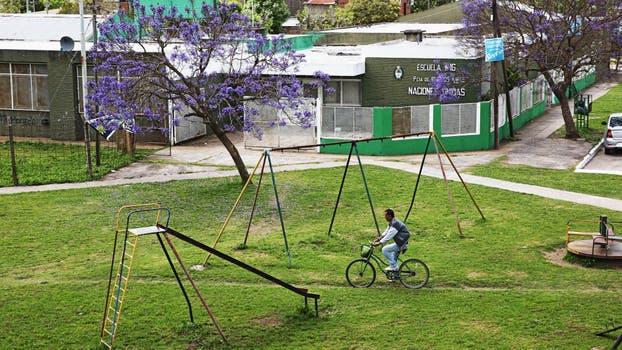 Una vista lejana de la escuela de Ensenada. Foto: LA NACION / Santiago Hafford