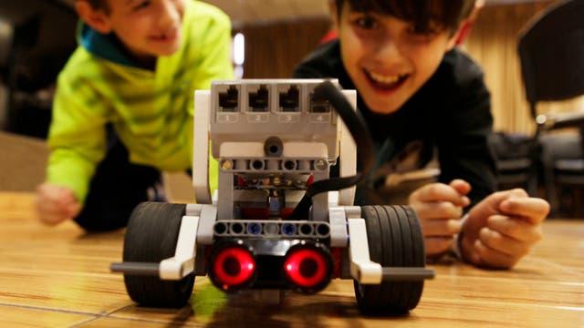 Dos chicos juegan en Robotito, el curso para chicos del ITBA