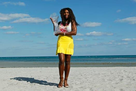 Como una modelo, la menor de las Williams posó con su sexto título de Miami. Foto: Reuters