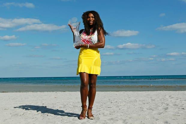 Como una modelo, la menor de las Williams posó con su sexto título de Miami.  Foto:Reuters
